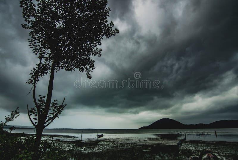 Il monsone si rannuvola il lago Chilka, l'Orissa immagini stock