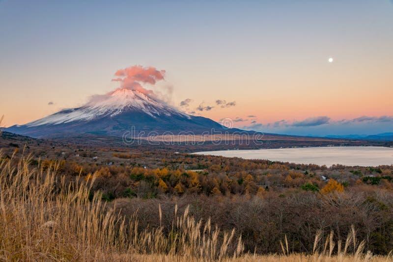 Il monte Fuji con rosso si rannuvola la sommità fotografia stock libera da diritti