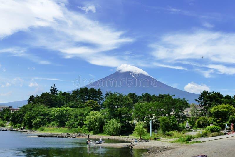 Il monte Fuji ha ricoperto con una nuvola veduta da Kawaguchiko, Giappone fotografia stock