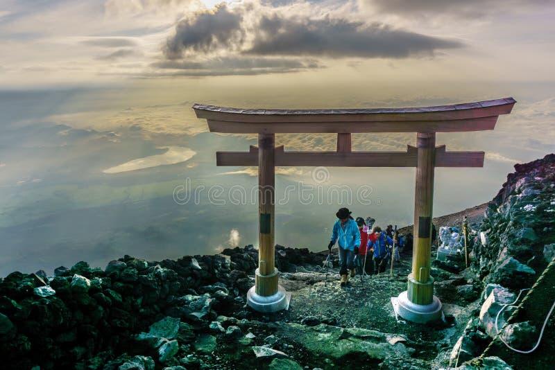 Il MONTE FUJI, YAMANASHI, GIAPPONE - 25 luglio 2017: Torii sopra la F fotografie stock libere da diritti