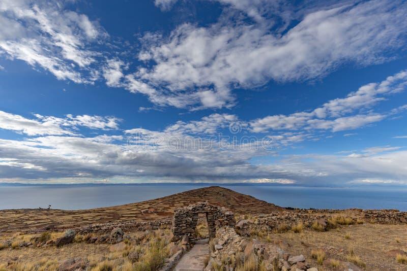 Il monte Pachatata sull'isola di Amantani, nel lago Titicaca, Perù fotografia stock libera da diritti