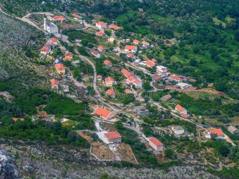 Il Montenegro, Castelnuovo Tetti piastrellati di vecchia città a fondo del mare adriatico, montagne, fodera di crociera immagini stock