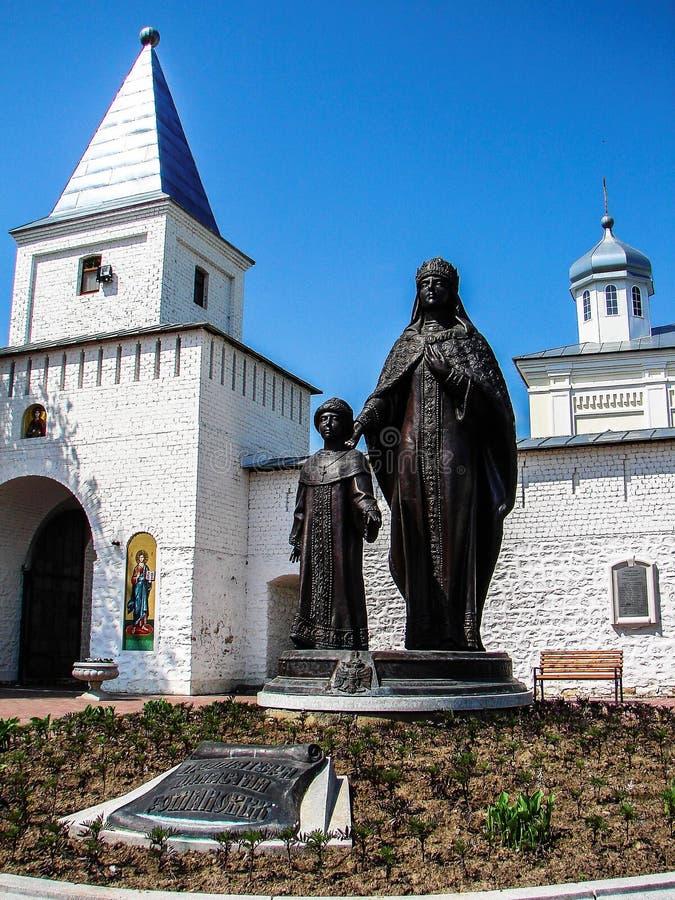 Il monument de tsarine Eudoxia Streshneva Tsarevich Alexei Mikhailovich, monastère de Meshchovsk St George dans la ville de Meshc photographie stock