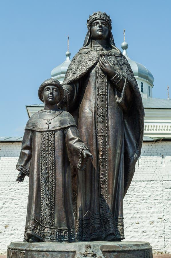Il monument de tsarine Eudoxia Streshneva Tsarevich Alexei Mikhailovich, monastère de Meshchovsk St George dans la ville de Meshc image stock