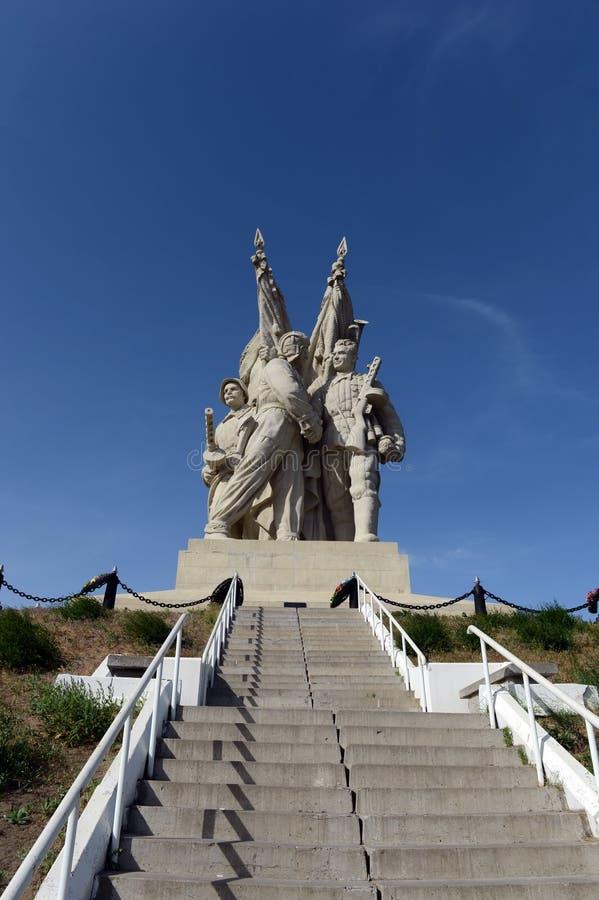 Il monumento al collegamento fronteggia nel villaggio di Pyatimorsk immagine stock