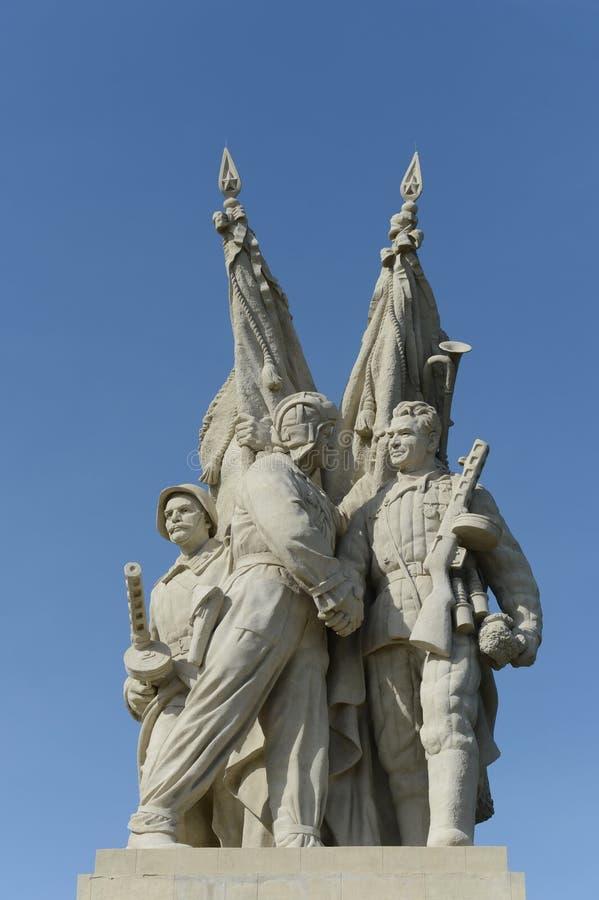 Il monumento al collegamento fronteggia nel villaggio di Pyatimorsk fotografia stock libera da diritti