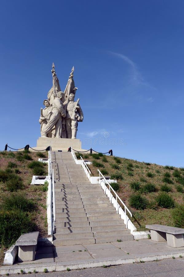 Il monumento al collegamento fronteggia nel villaggio di Pyatimorsk fotografia stock