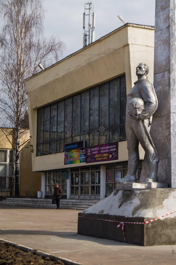 Il monumento al pilota della difesa aerea davanti alla precedente Camera degli ufficiali nel oblast di Balashikha Zarya Mosca fotografia stock libera da diritti