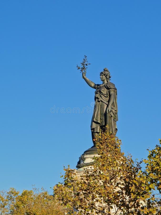 Il monumento alla repubblica, statua bronzea sopra l'albero completa, Parigi Francia immagine stock
