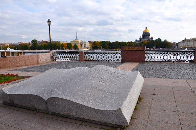 Il monumento del libro a St Petersburg fotografia stock