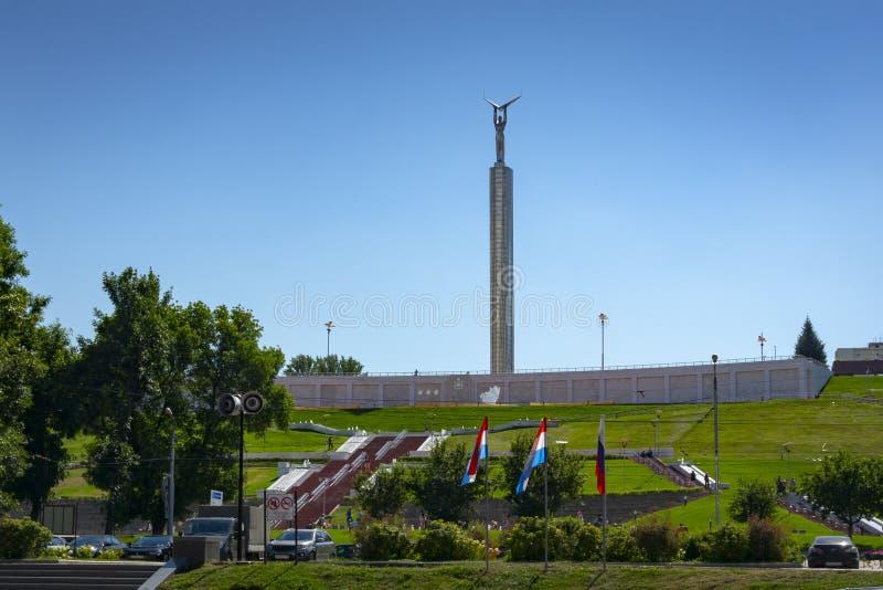 Il monumento di gloria è stato aperto in samara il 5 novembre 1971 È stato costruito in onore dei meriti del worke di industria æ immagini stock