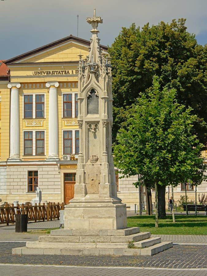 Il monumento di Losenau davanti all'università di Alba Iulia, la Transilvania, Romania fotografia stock libera da diritti