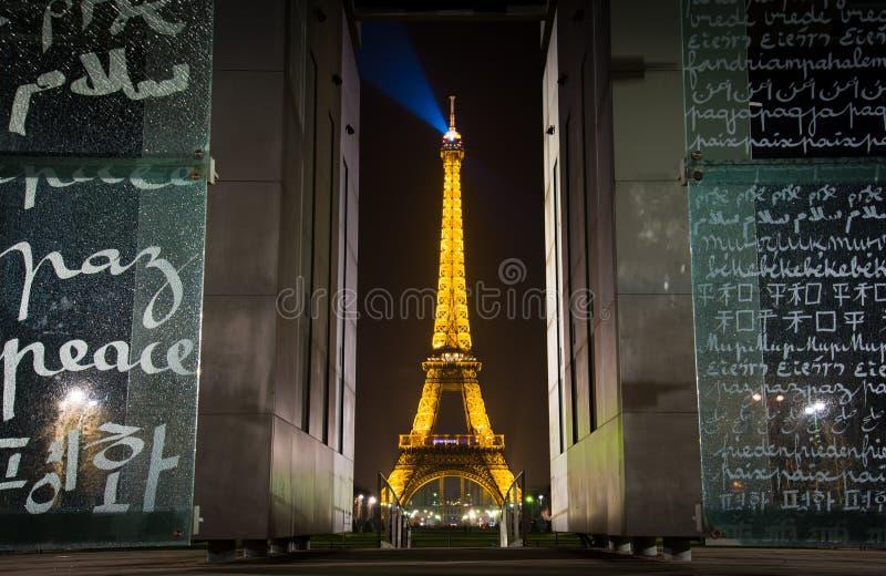 Monumento e torre Eiffel di pace del Champ de Mars fotografia stock libera da diritti