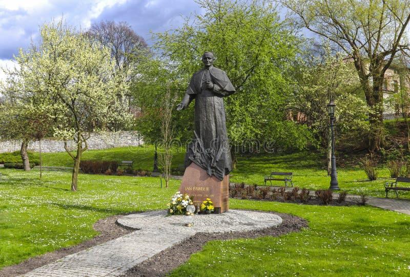 Il monumento di Papa Giovanni Paolo II alla città fa il giardinaggio, Wieliczka, Po fotografie stock