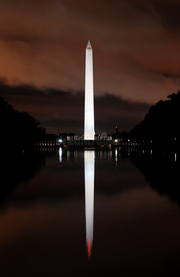 Il monumento di Washington si è illuminato in su alla notte fotografie stock libere da diritti