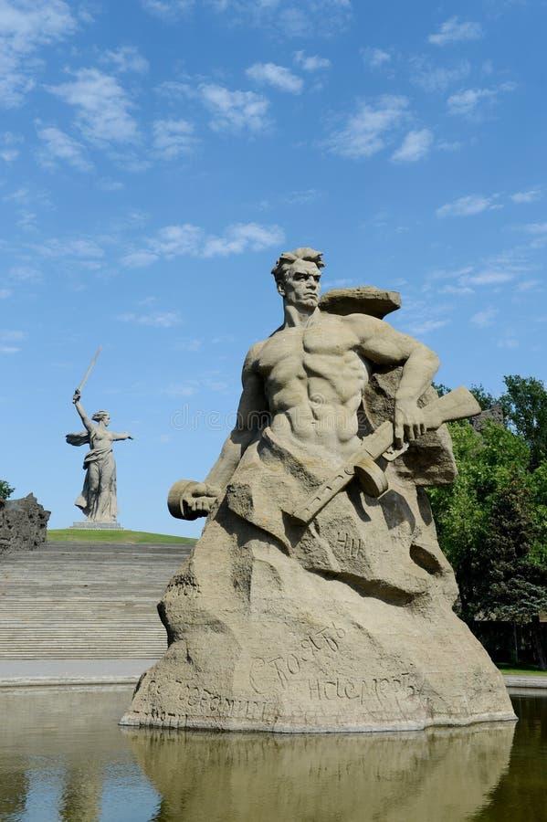 Il monumento le chiamate della patria! scultura di un soldato sovietico da combattere alla morte! al vicolo di memoria nella citt fotografie stock libere da diritti