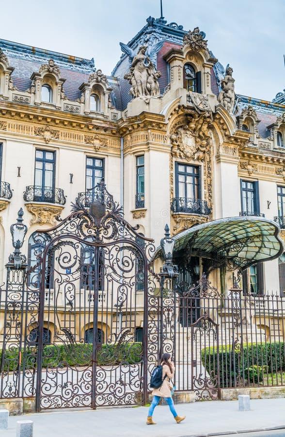 Il monumento storico dell'entrata di George Enescu Museum a Bucarest fotografia stock libera da diritti