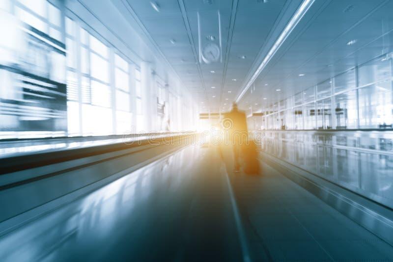 Il moto astratto blured la siluetta di una gente irriconoscibile dei viaggiatori di affari all'aeroporto internazionale fotografie stock libere da diritti