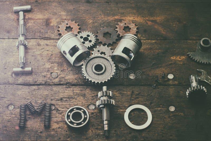 Il moto di amore di frase I costruito dei pezzi di ricambio su una tavola nel garage immagine stock libera da diritti