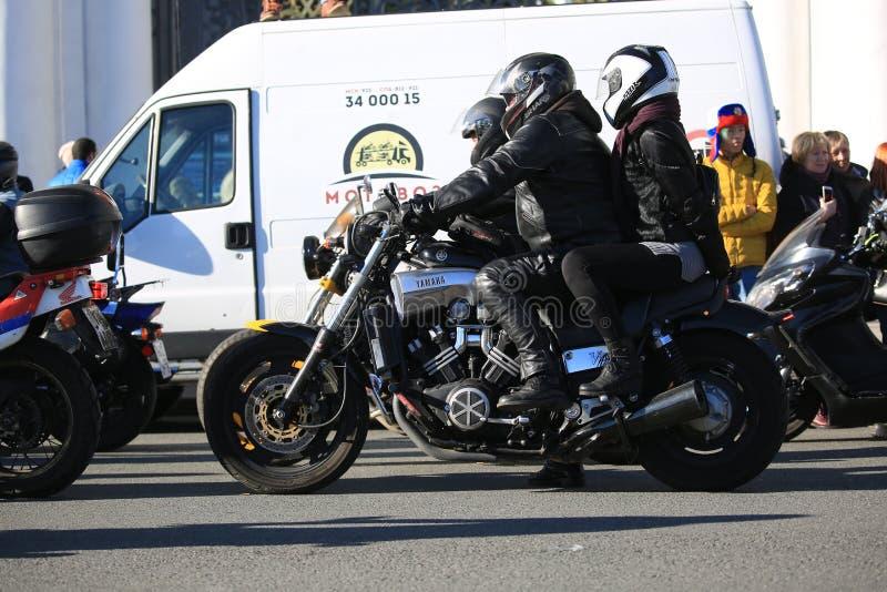 Il motociclista ed il passeggero si siedono su un motociclo V-massimo di Yamaha fotografie stock libere da diritti