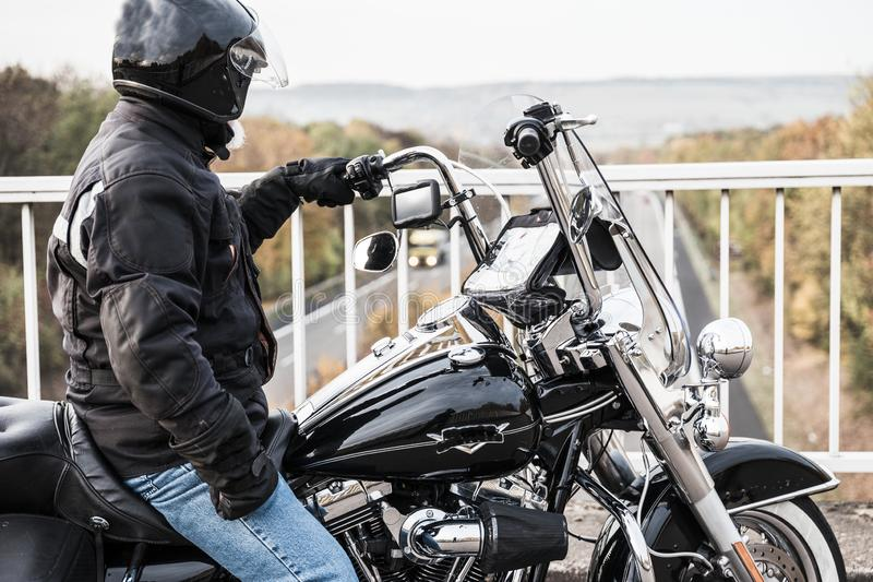 Il motociclista esamina la strada principale immagine stock libera da diritti