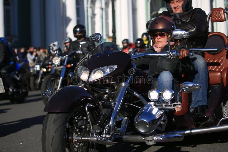Il motociclista femminile conduce il triciclo, primo piano immagine stock libera da diritti