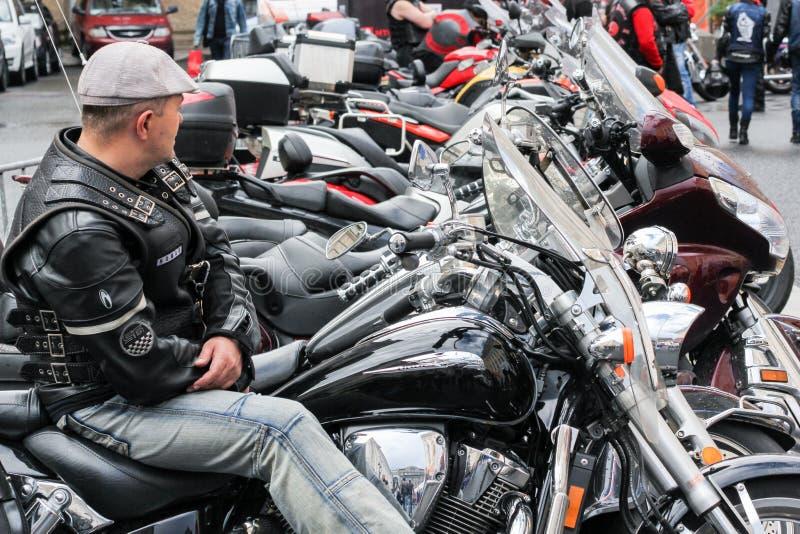 Il motociclista si siede su un motociclo fotografia stock libera da diritti