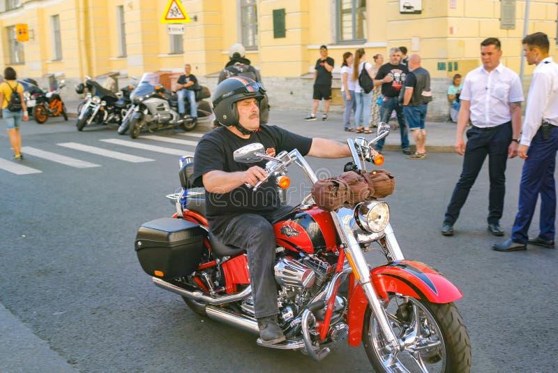 Il motociclista sta guidando un motociclo fotografia stock libera da diritti