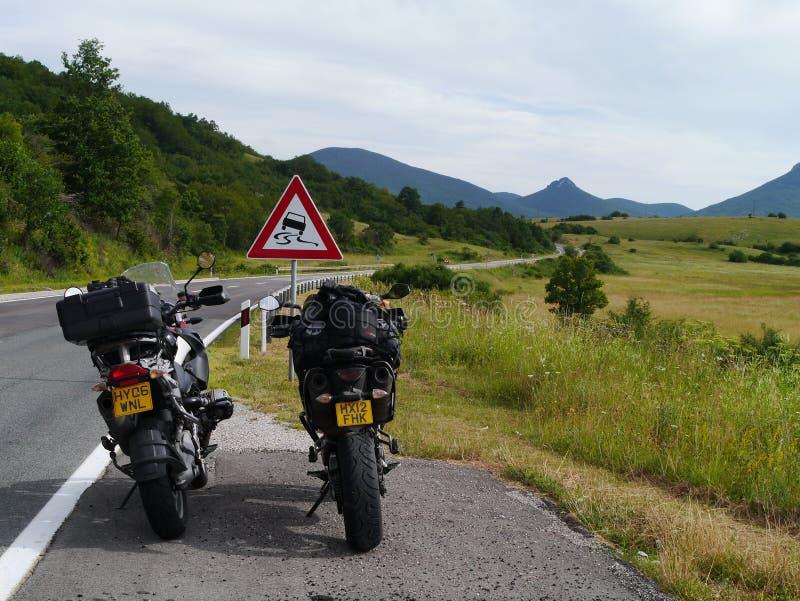 Il motociclo di BMW e di KTM ha parcheggiato su una strada principale croata fotografia stock