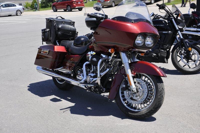 Il motociclo rosso di Harley Davidson ha parcheggiato in Rockport dalla provincia di Ontario nel Canada immagini stock