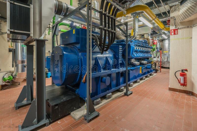Il motore enorme del gas naturale funziona in una pianta della cogenerazione e fornisce ad un distretto il calore fotografie stock libere da diritti