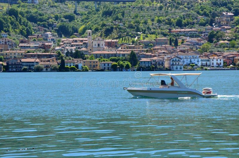 Il motoscafo attraversa la vista di Iseo del lago dal traghetto con Monte Isola sui precedenti Paesaggio italiano Isola sul lago immagini stock