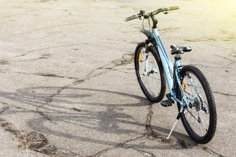 Il mountain bike è su una strada ruvida Giorno soleggiato piacevole fotografie stock libere da diritti