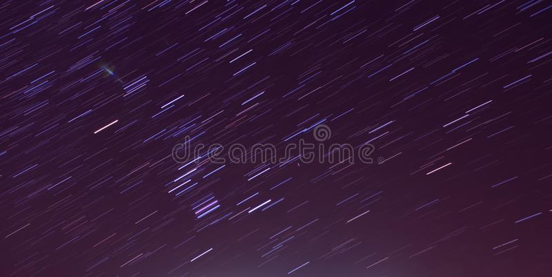 Il movimento della stella trascina nel cielo notturno, immagine stock libera da diritti