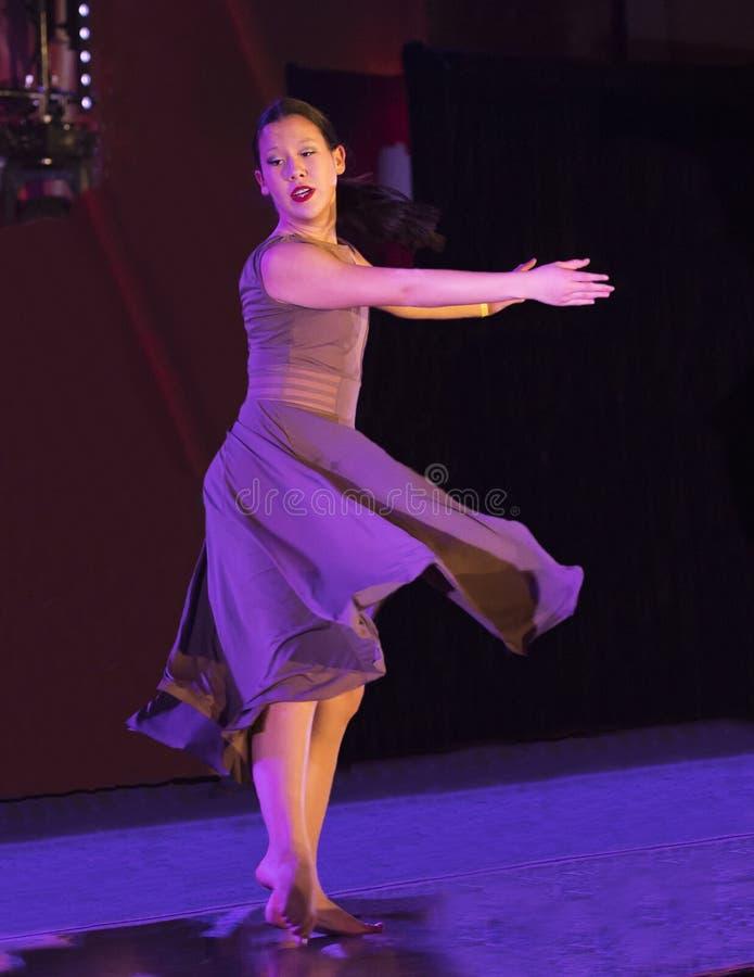 Il movimento grazioso di ballo ha eseguito da un adolescente di Amerasian immagini stock libere da diritti