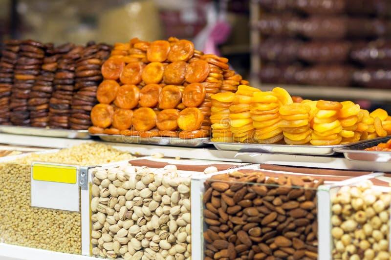 Il mucchio dei frutti secchi, albicocche secche ha preparato in vario mercato o deposito dell'AR di modi fotografia stock