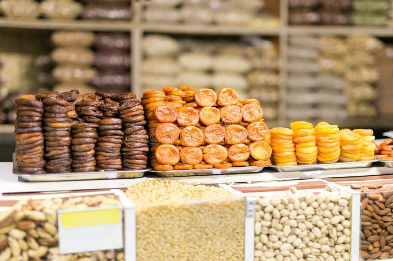 Il mucchio dei frutti secchi, albicocche secche ha preparato in vario mercato o deposito dell'AR di modi fotografie stock libere da diritti