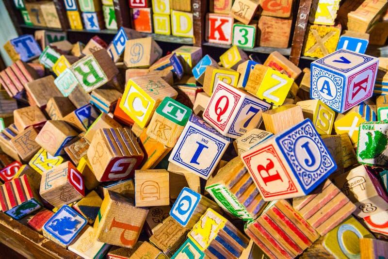 Il mucchio del blocchetto di legno dell'alfabeto d'annata variopinto dei children's gioca fotografia stock libera da diritti
