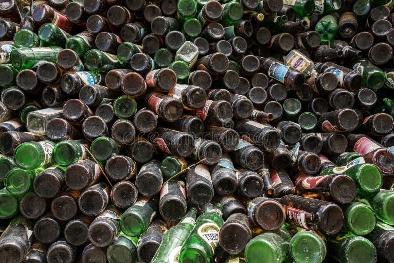 Il mucchio delle bottiglie di birra ha immagazzinato all'aperto per la vendita per riciclare immagini stock libere da diritti