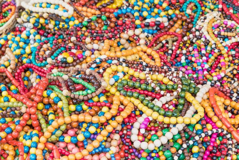 Il mucchio delle collane di legno multicolori fotografie stock libere da diritti