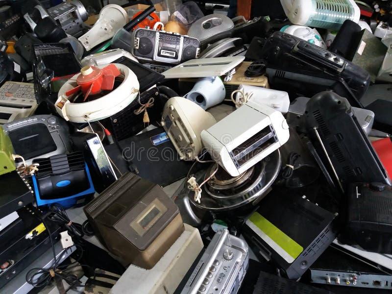 Il mucchio di elettronico usato e gli elettrodomestici sprecano la divisione tagliati o danneggiano immagini stock libere da diritti