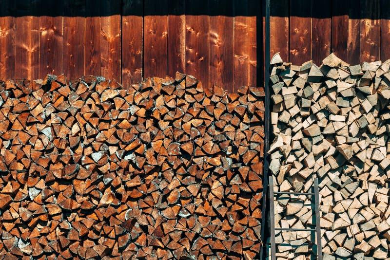 Il mucchio di legno registra il fondo fotografie stock