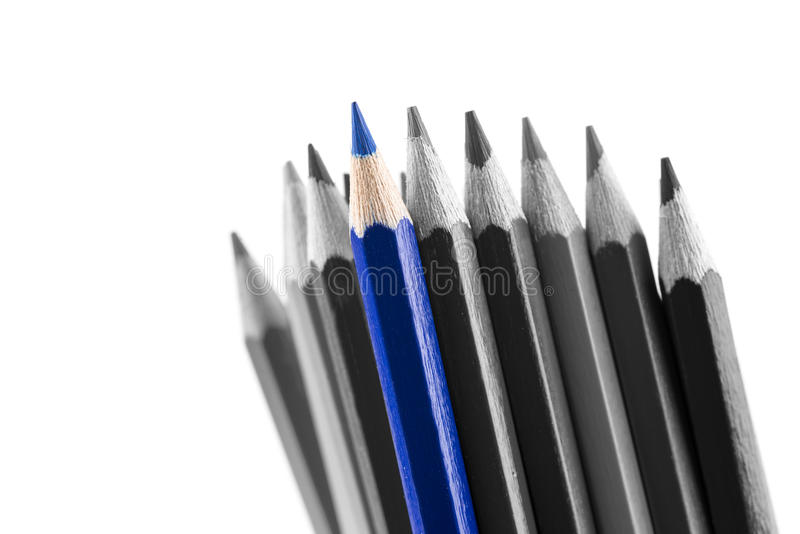 Il mucchio di sharp ha colorato le matite, con differenti tonalità immagini stock libere da diritti