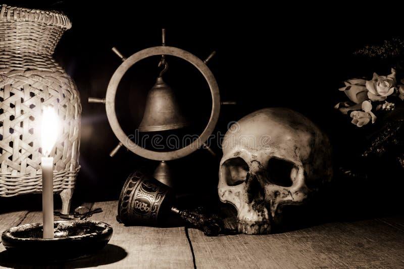 Il mucchio impressionante del cranio su un fondo di legno marrone della plancia e corteggia immagini stock libere da diritti