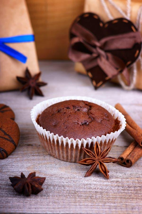 Il muffin del cioccolato, i contenitori di regalo ed il cuore modellano fotografie stock libere da diritti