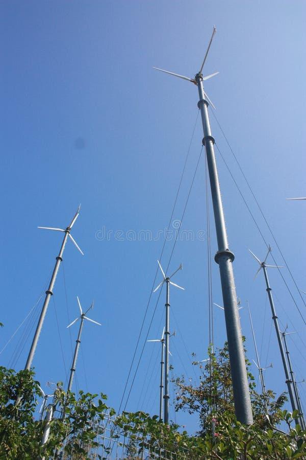 Il mulino a vento converte l'energia di vento fotografia stock libera da diritti