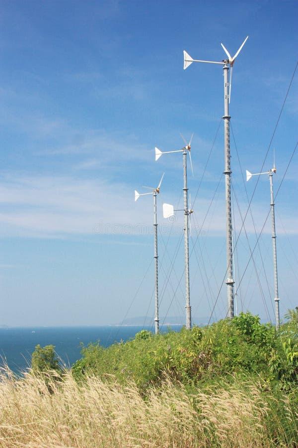 Il mulino a vento converte l'energia di vento immagine stock