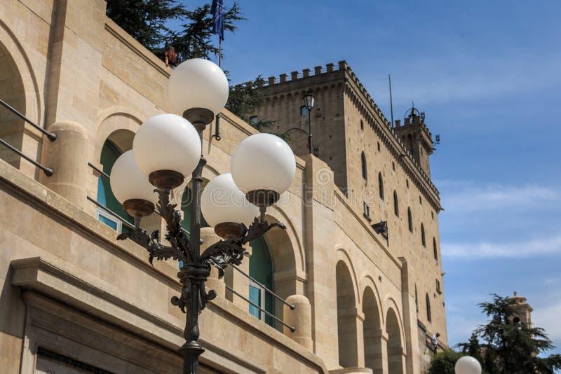 Il municipio e la costruzione Palazzo Pubblico di governo nella retrovisione a San Marino immagini stock