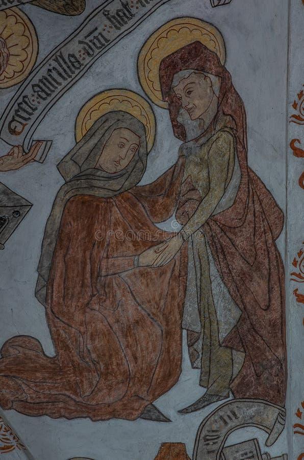 Il murale medievale della visitazione, vergine Maria effettua una visita a Elisabeth, che inoltre è incinto immagini stock