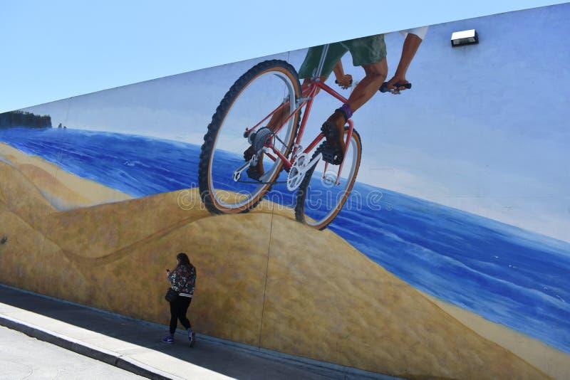 Il murale rintraccia la storia originalmente di un'insenatura alla bici originale ed al percorso pedonale, 1 fotografia stock